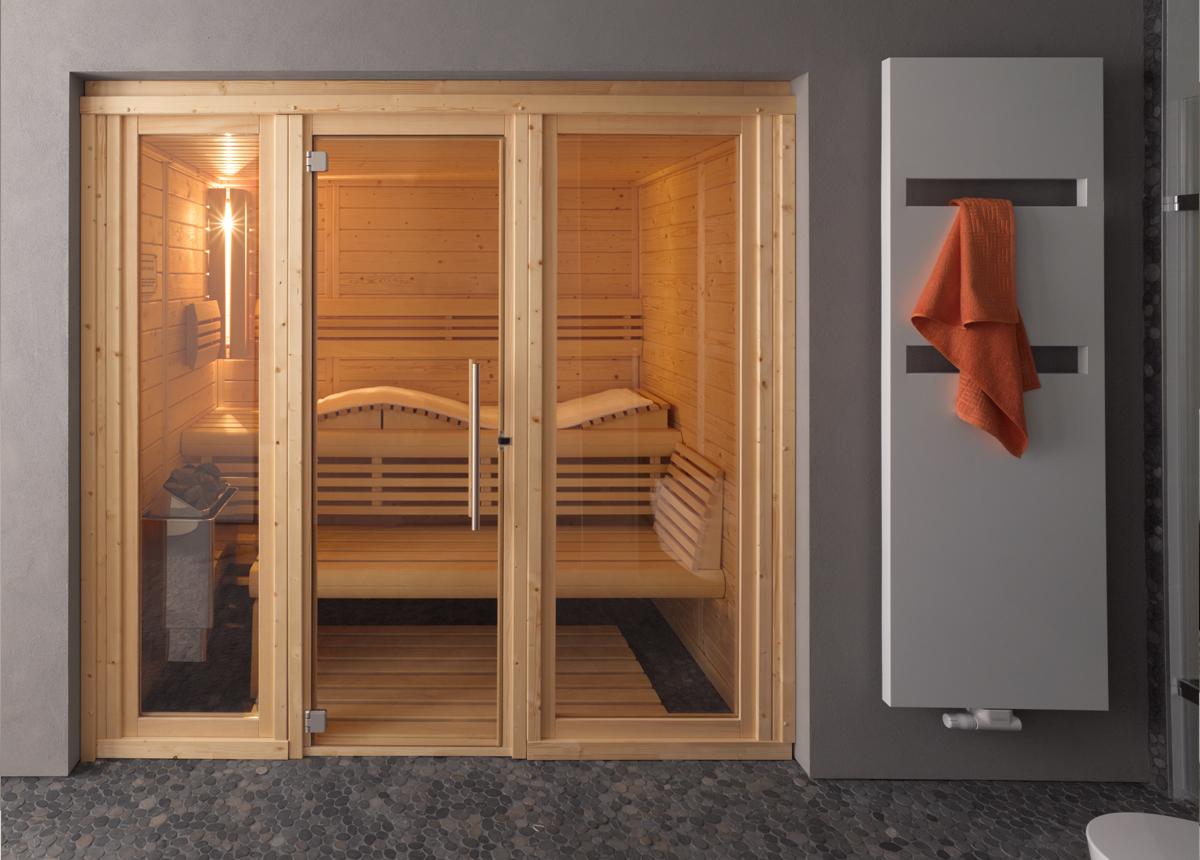 Стеклянная дверь в деревянной раме для сауны