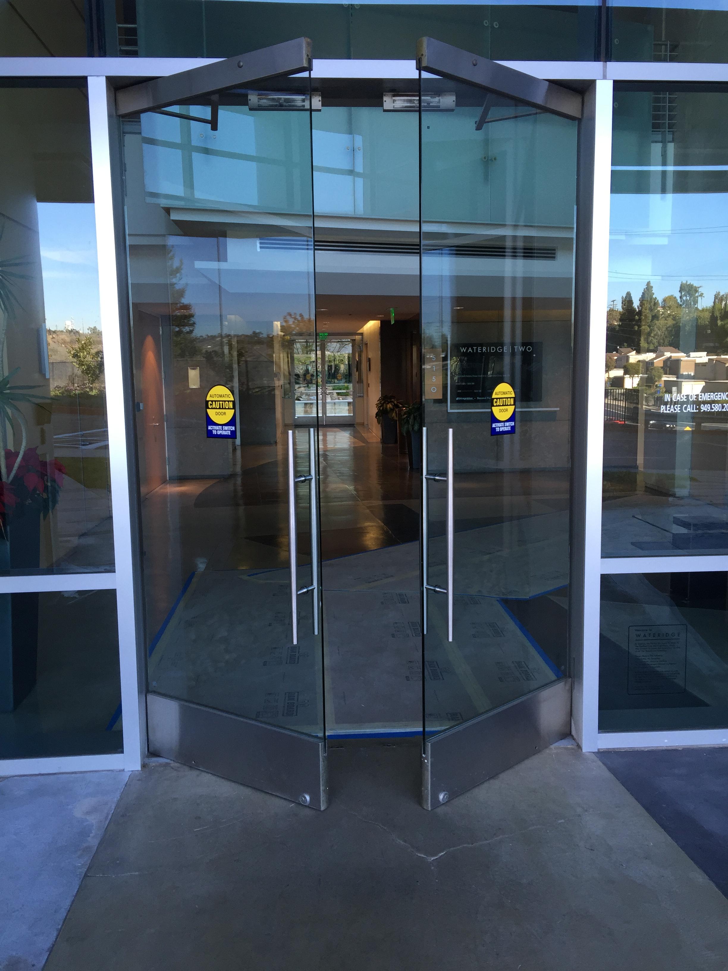 Автоматическая распашная дверь