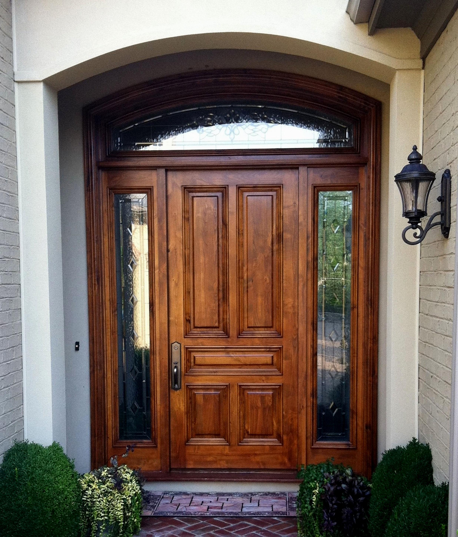 Входная коричневая дверь с расширителем