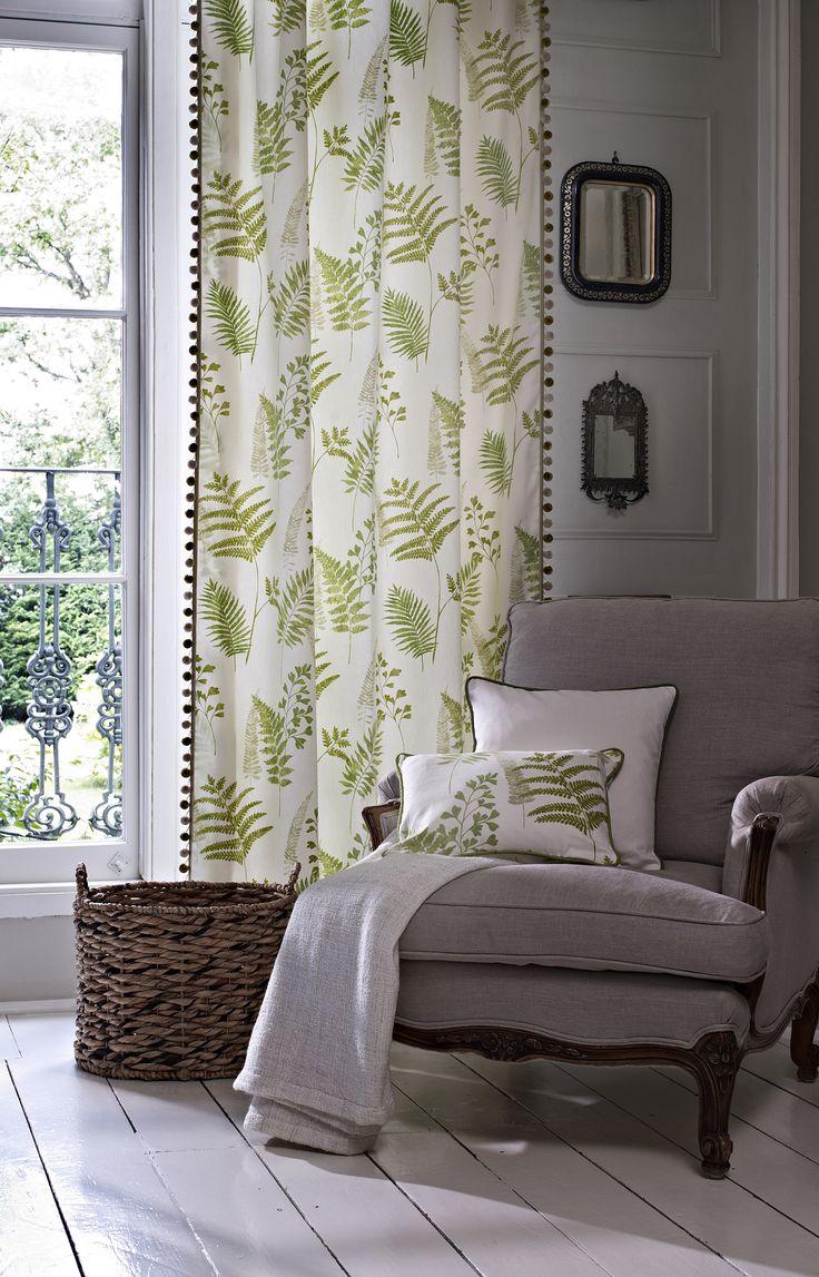Зеленые шторы с растительным принтом