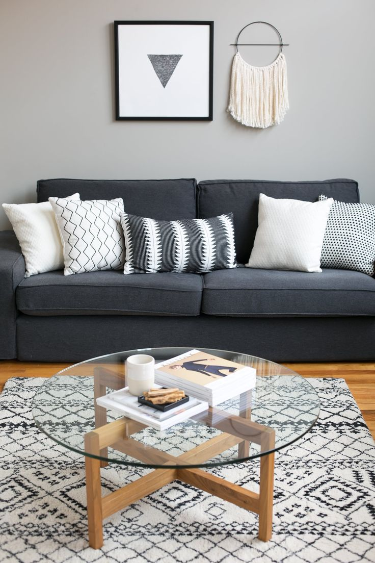 Серый диван в стиле ретро