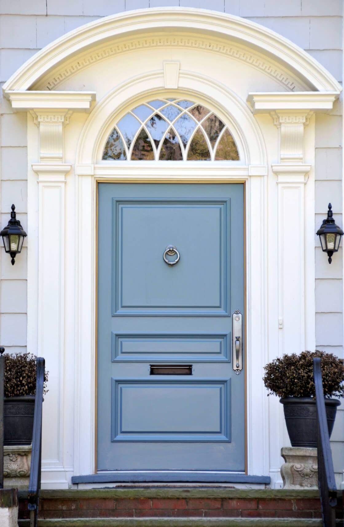 Арочная дверь с резным наличником