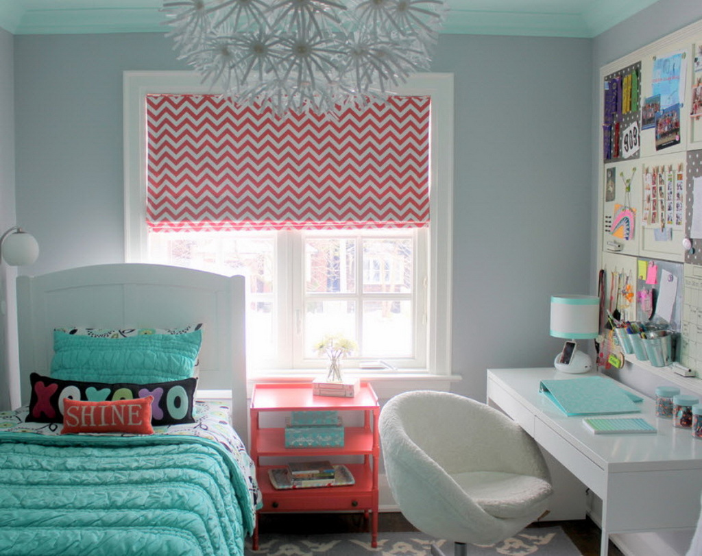 Римские шторы в спальне для девочки