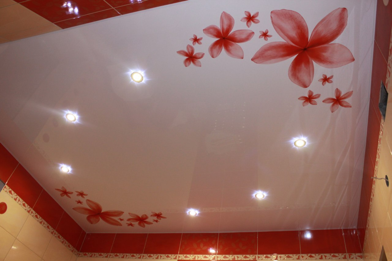 Красный потолок с рисунком