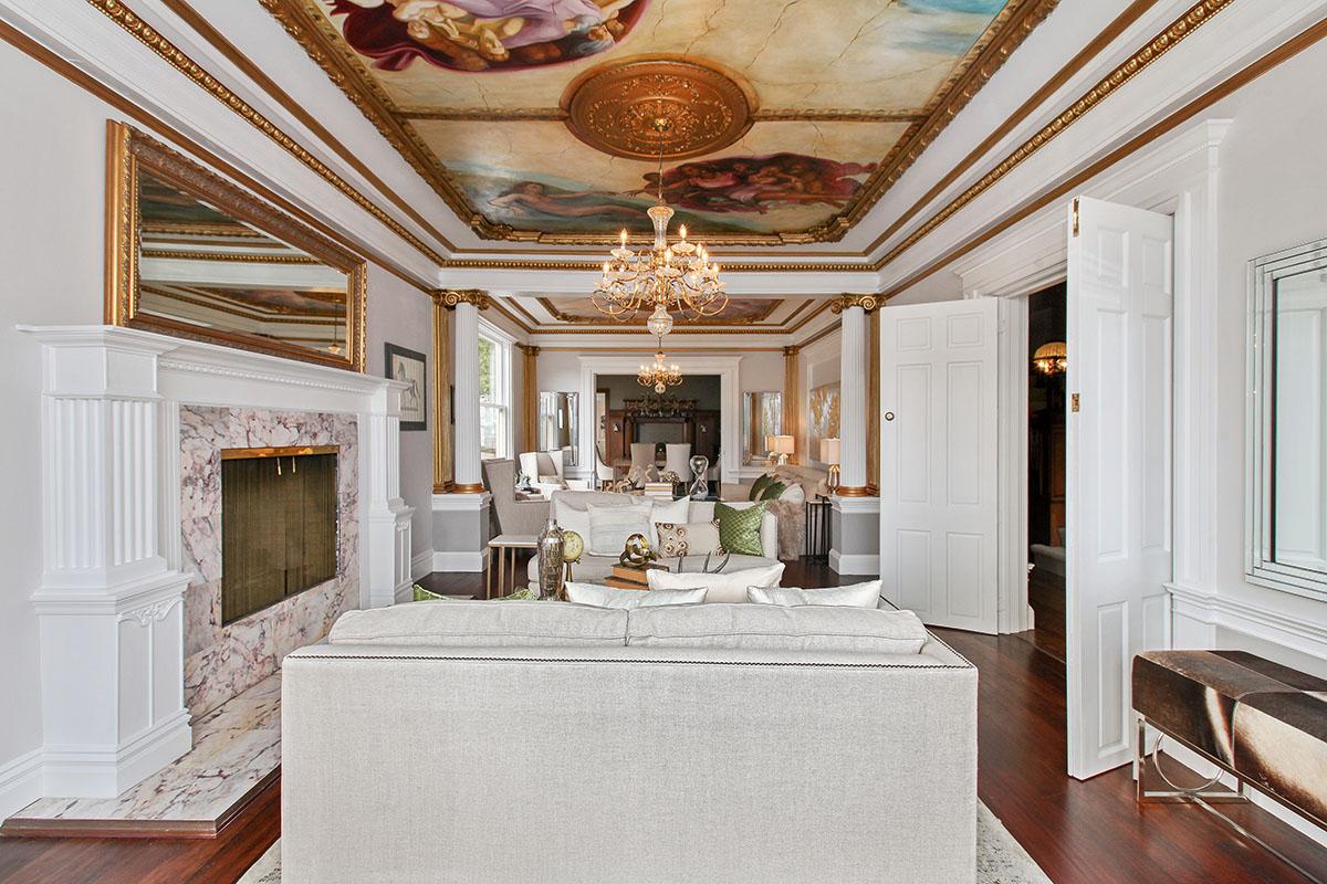 Фигурный потолок с росписью