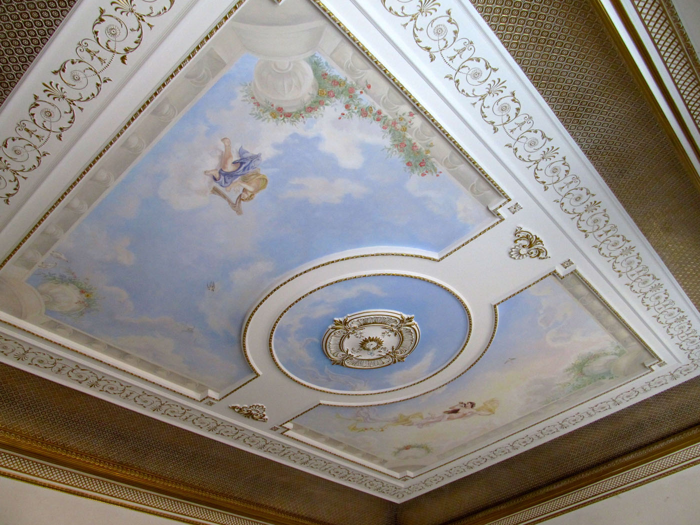 Лепнина на потолке с росписью