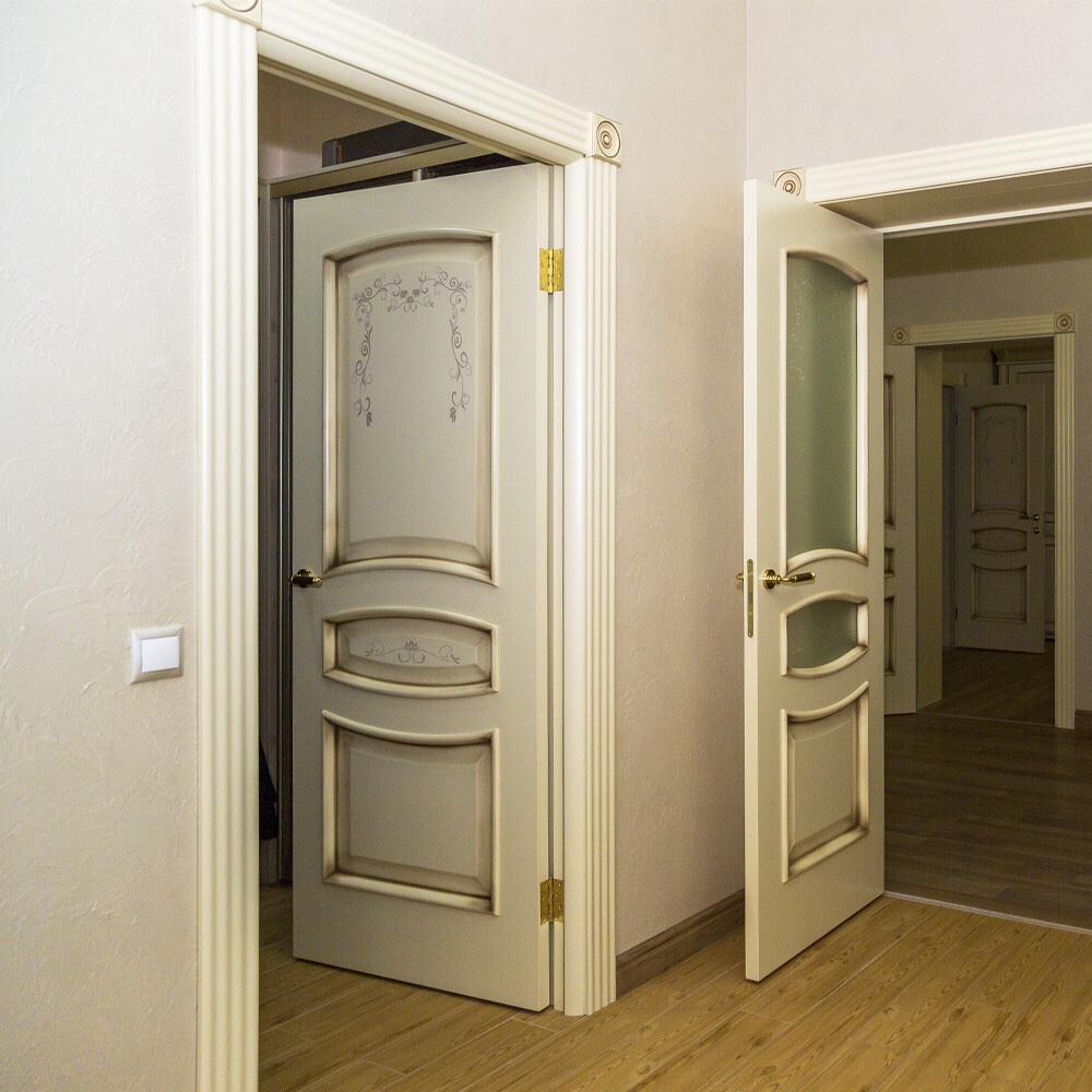 Светлая дверь с росписью в интерьере