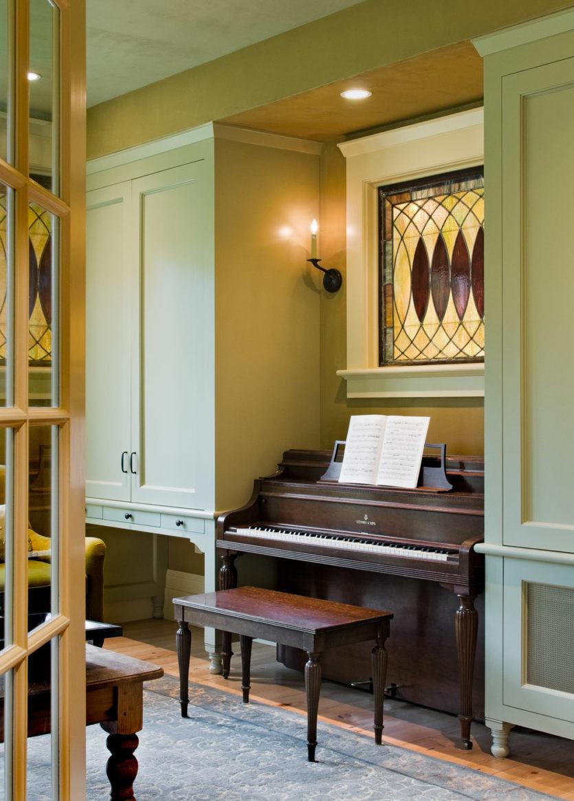 Рояль в нише в гостиной