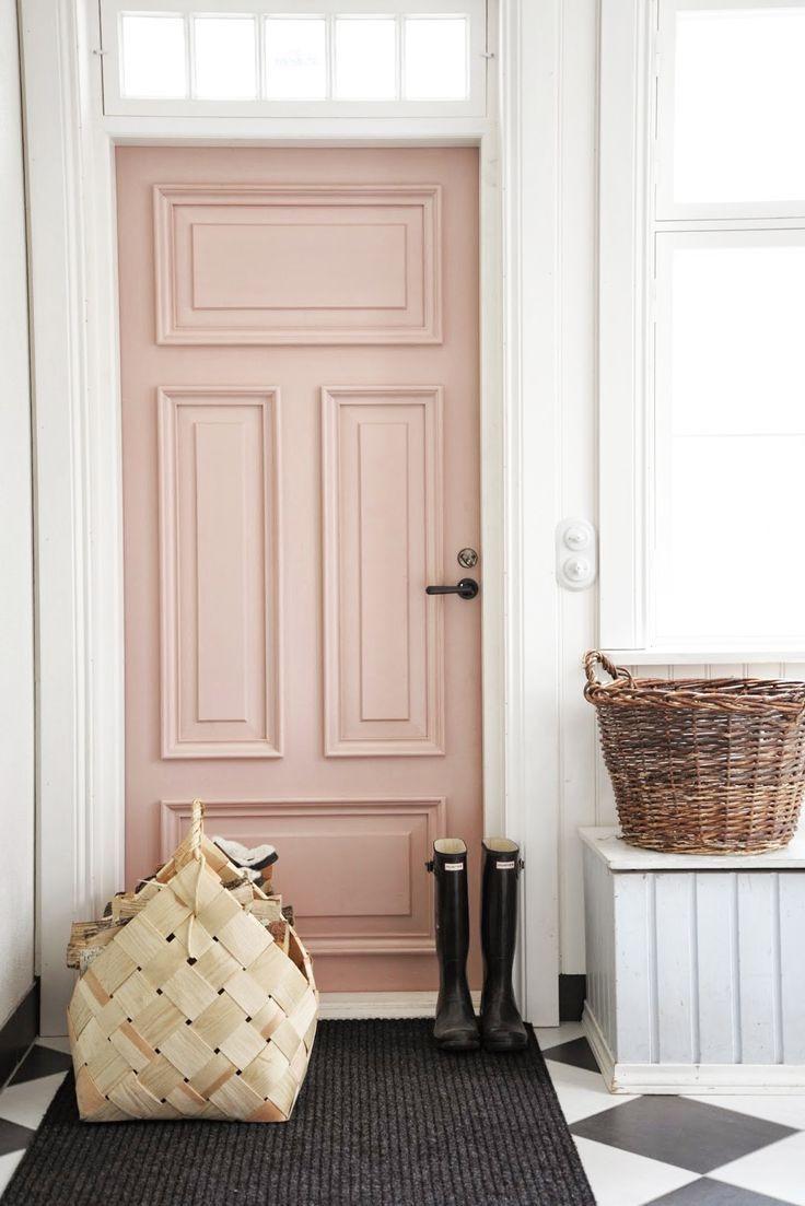 Светло-розовая дверь в интерьере