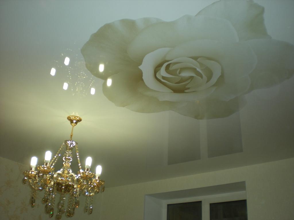 Натяжной потолок с фотопечатью розы