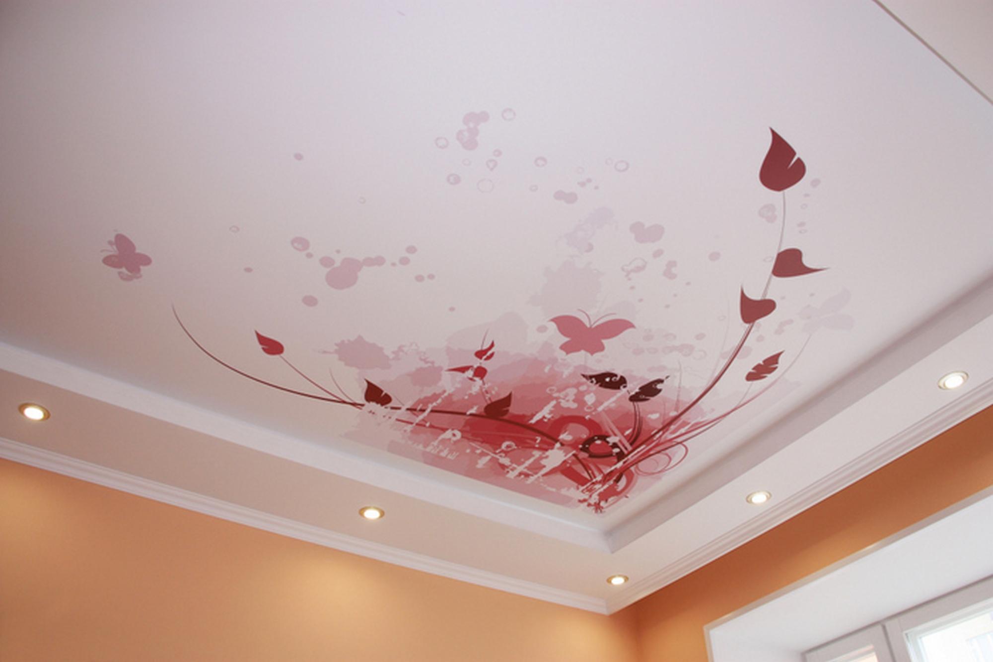 Натяжной розовый потолок с фотопечатью