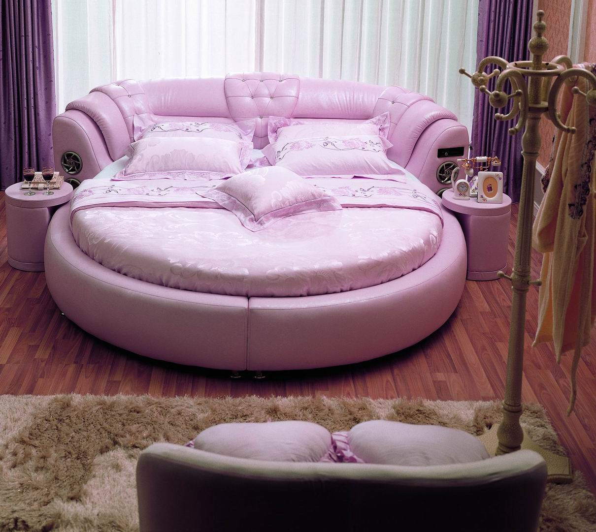 Овальная розовая кровать