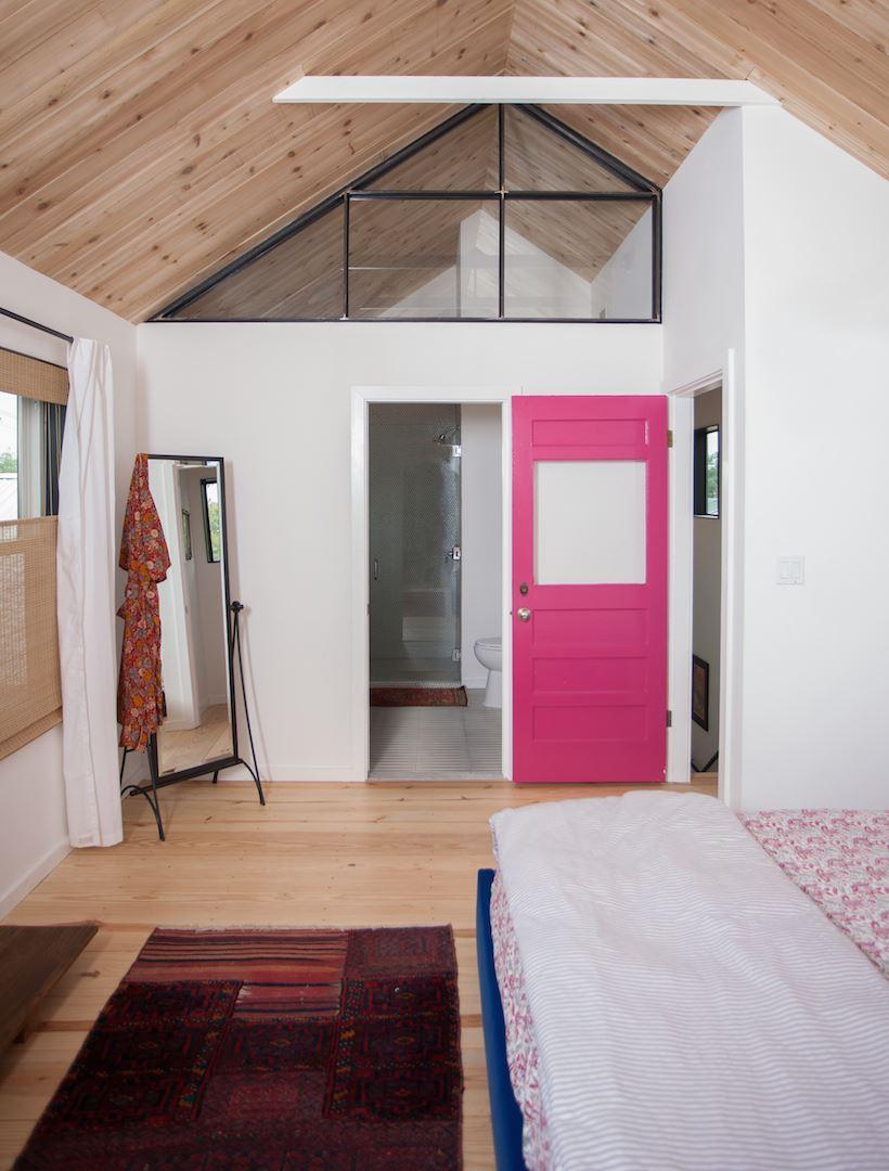 Розовая дверь в спальню