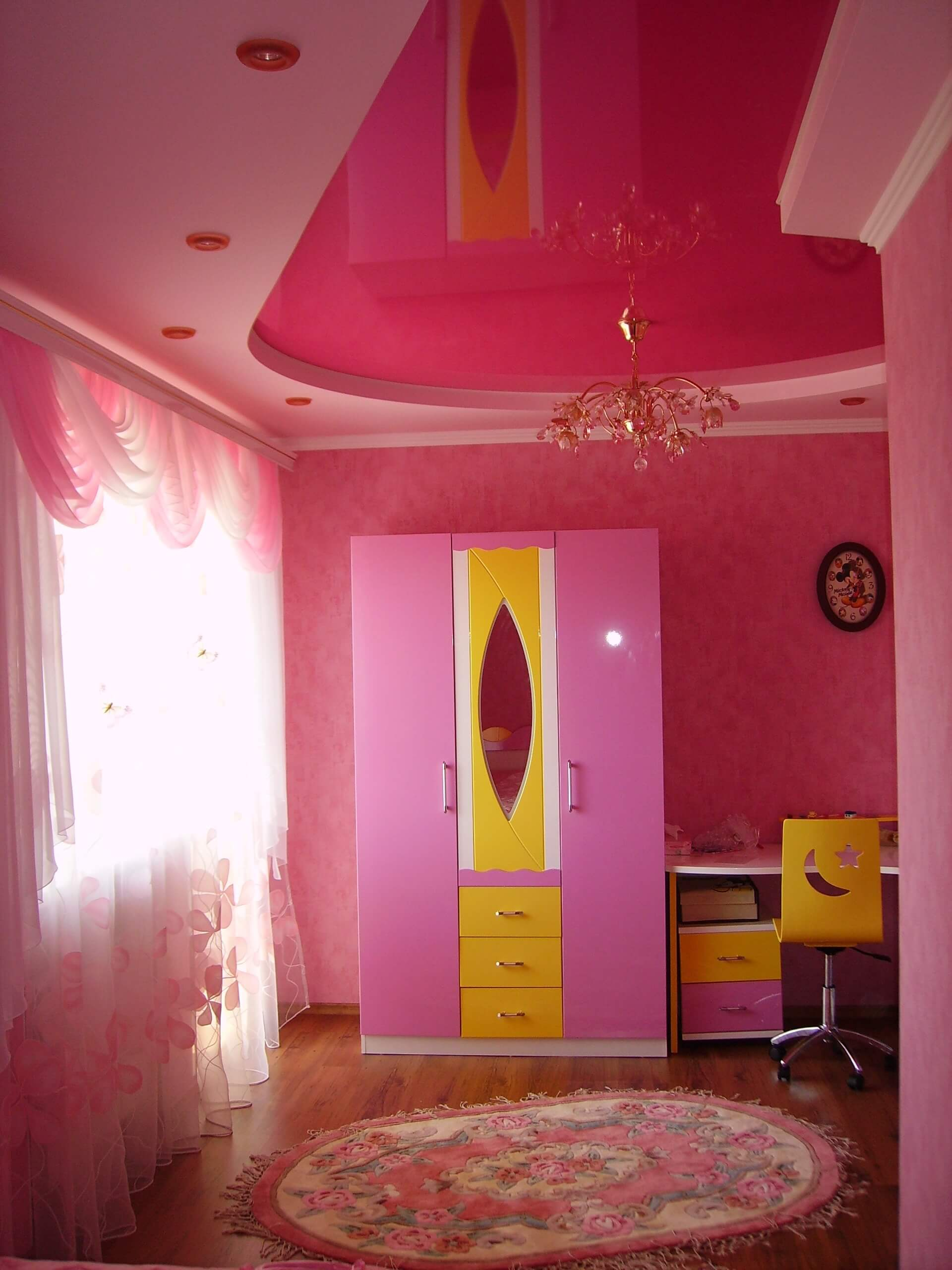 Розовый потолок в детской для девочки