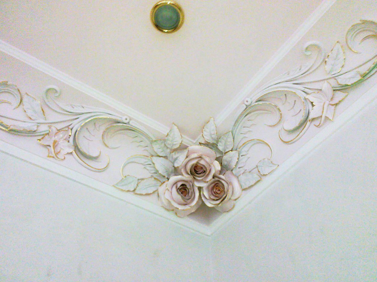 Лепные розы на потолке