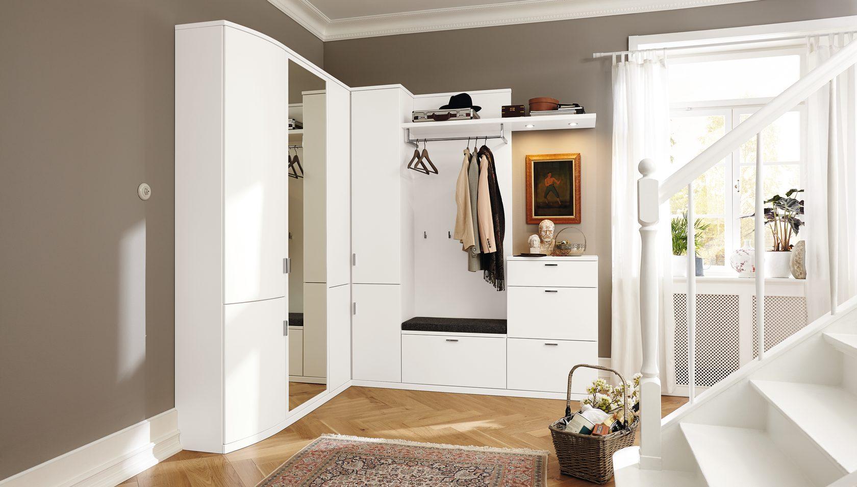 Белый шкаф в прихожей