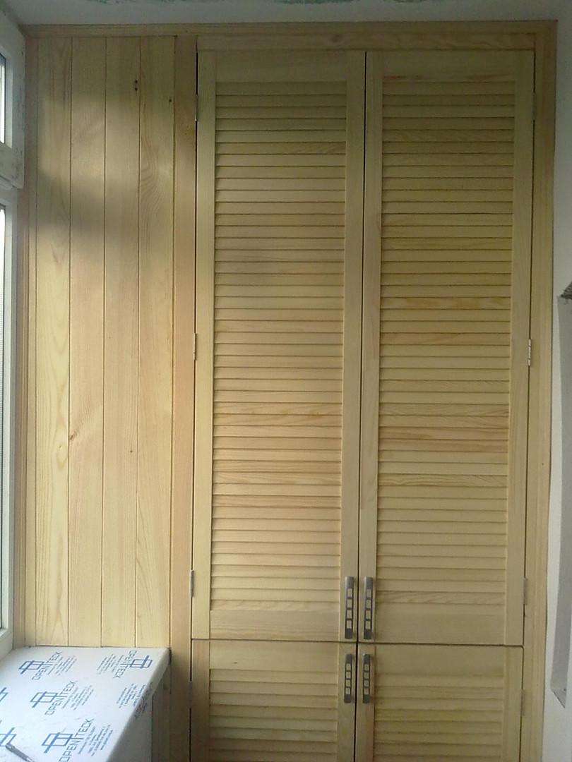 Шкаф с жалюзийной дверью