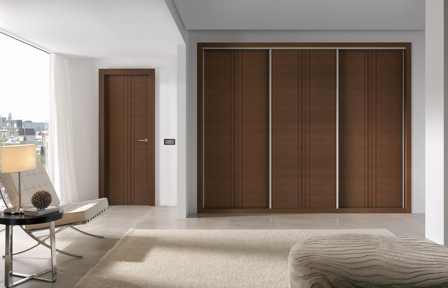 Коричневая дверь шкафа