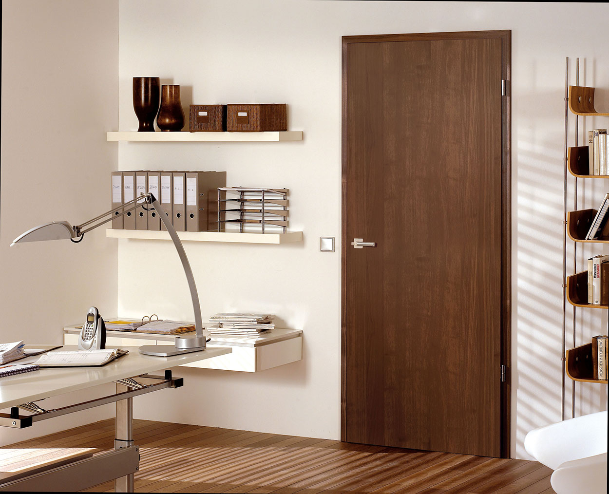 Ламинированная дверь шоколадного оттенка