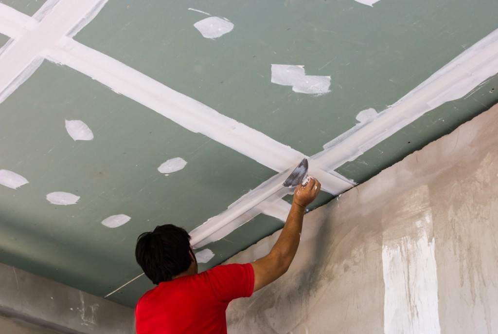 Заделка трещин на потолке шпаклевкой