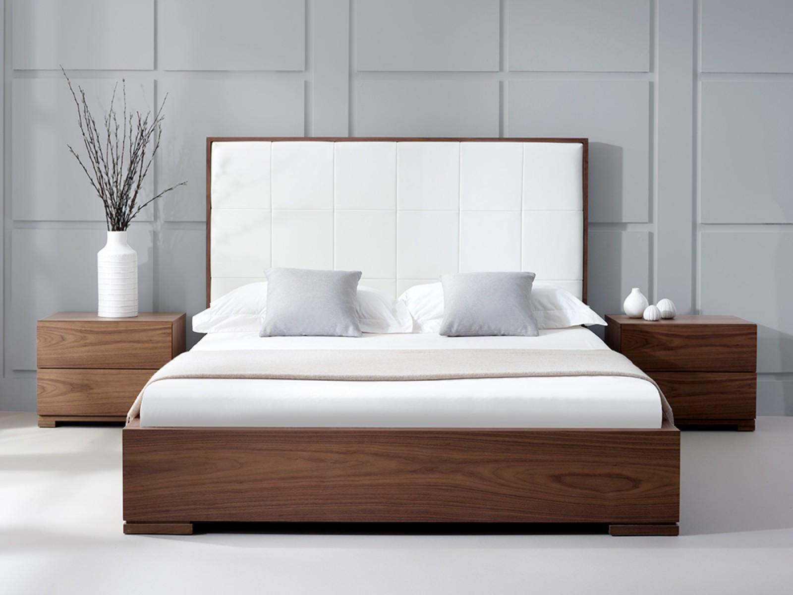 Шпонированная кровать из ореха