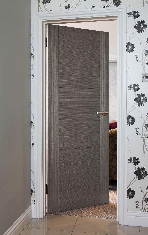 Серая шпонированная дверь