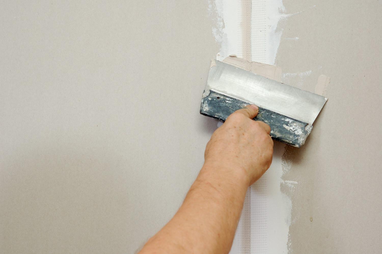 Шпатлевание шва на потолке