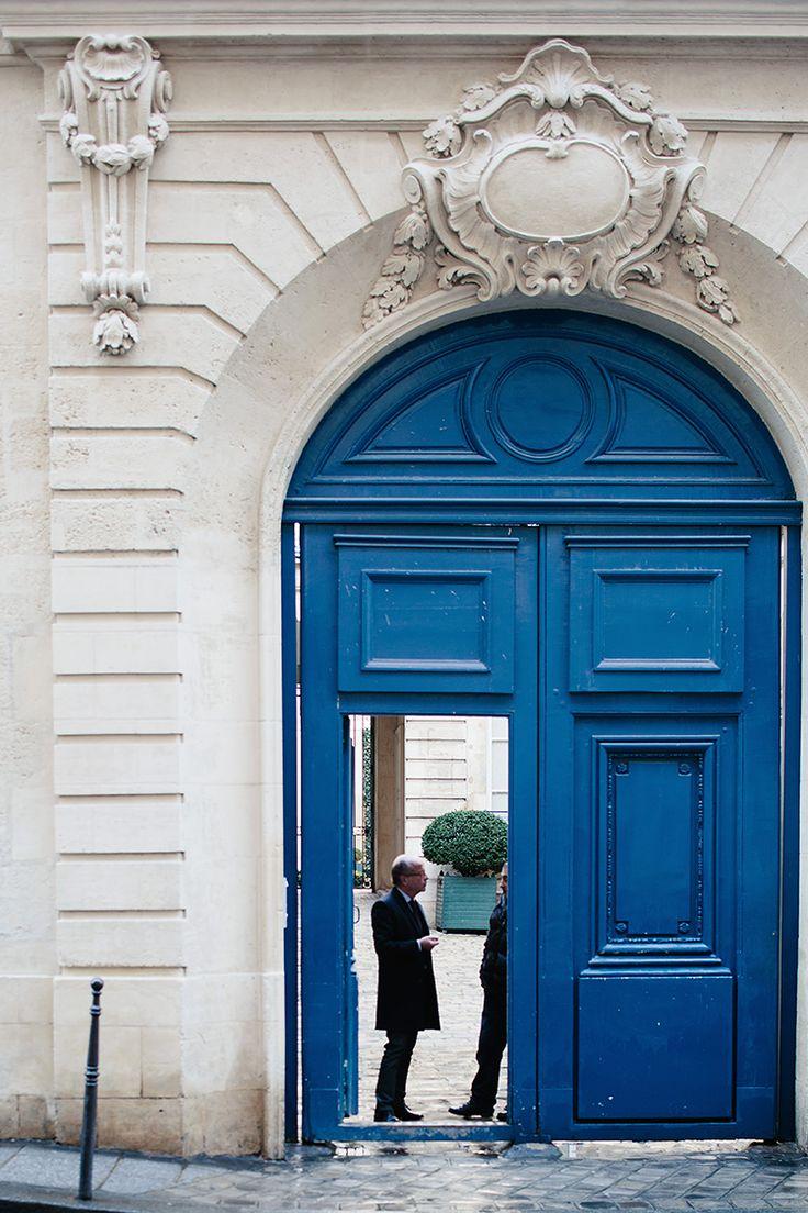 Арочная синяя дверь