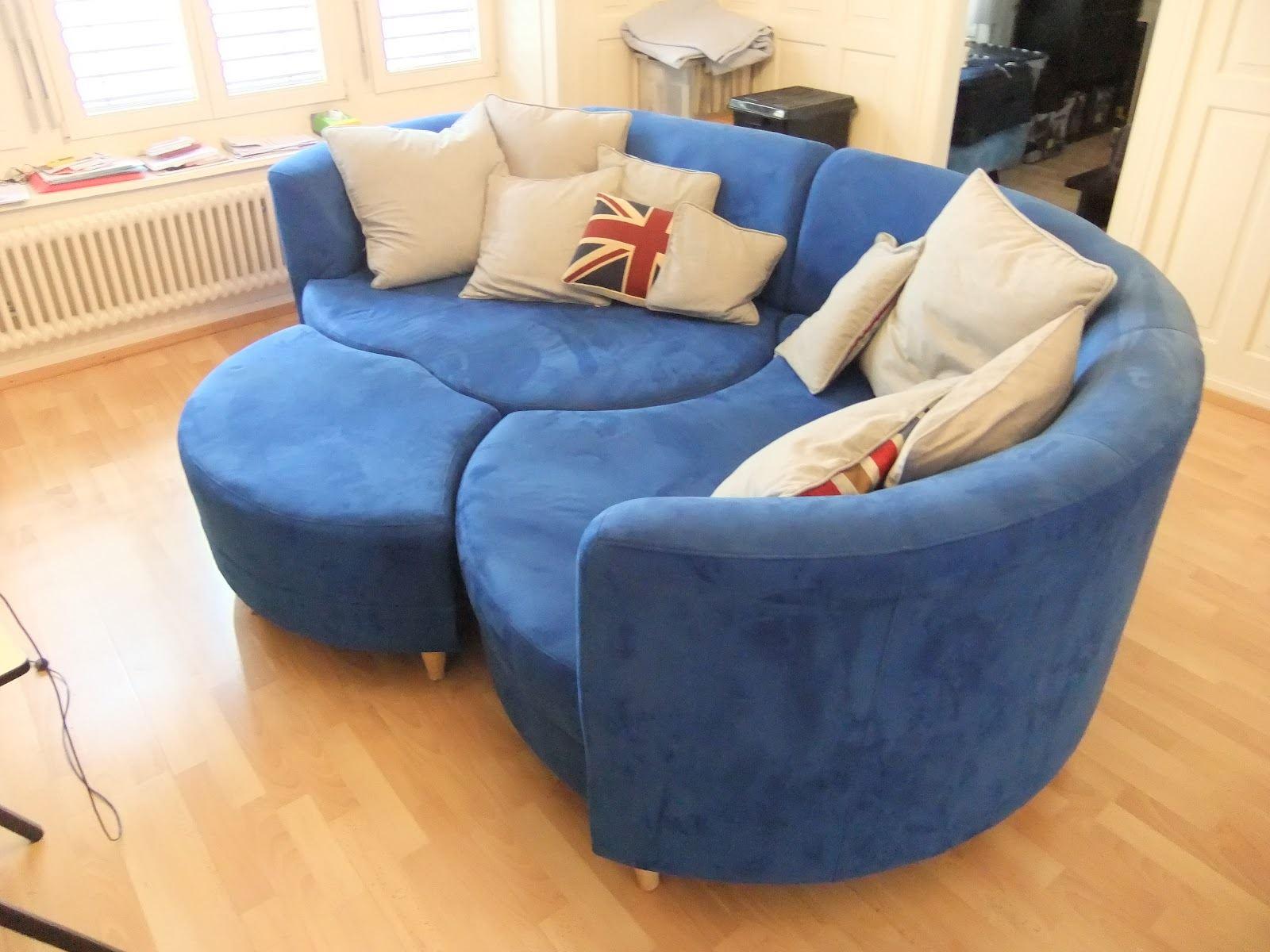 Круглый синий диван
