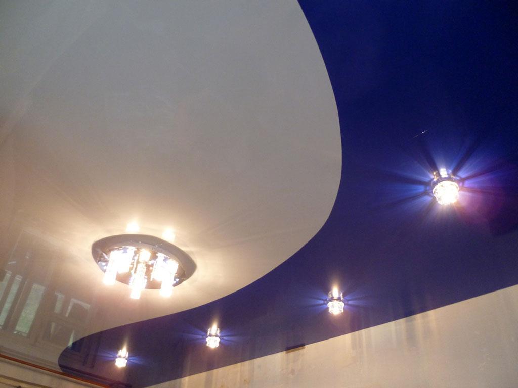 Двухцветный бело-синий потолок