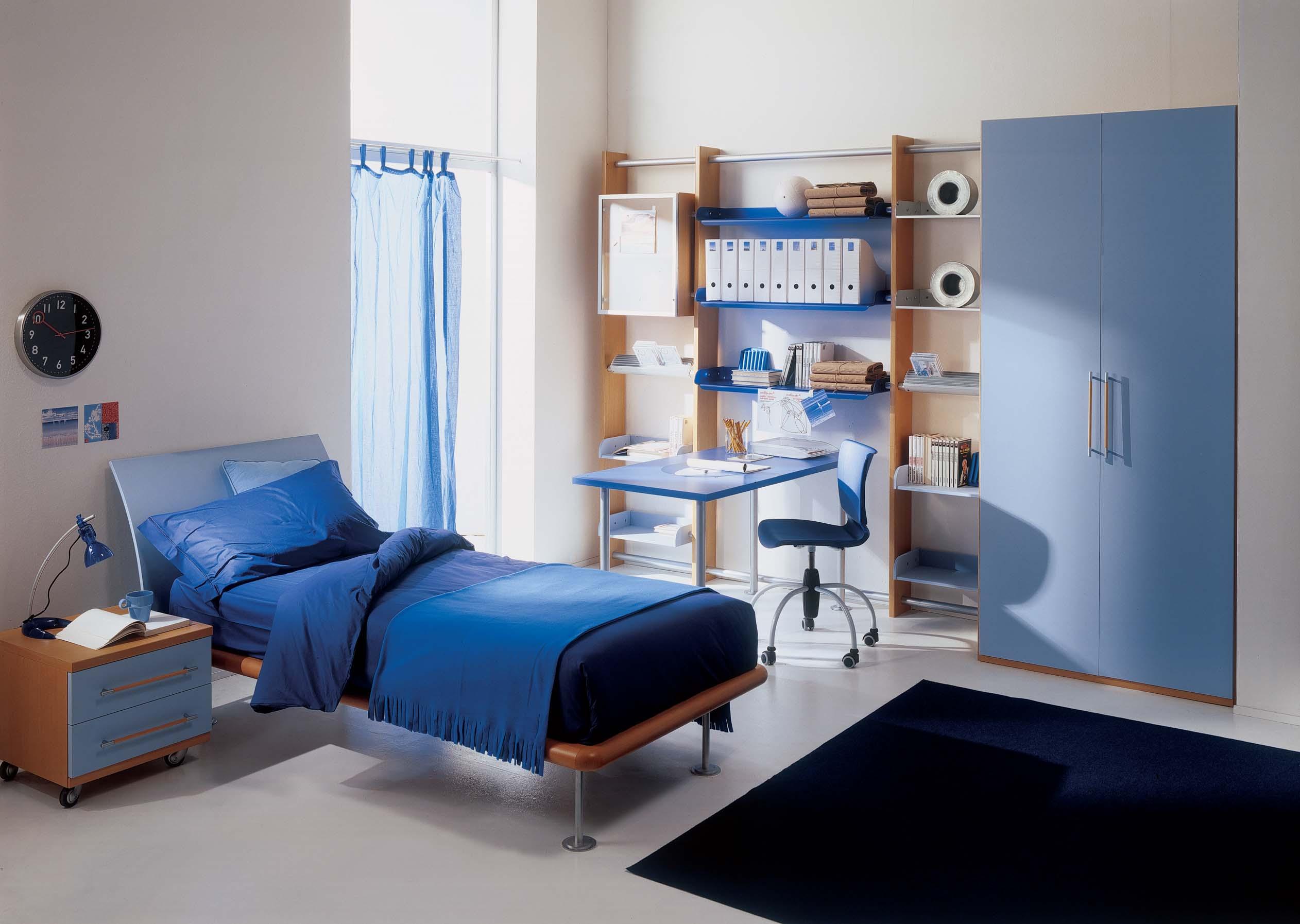 Синий стол для ребенка