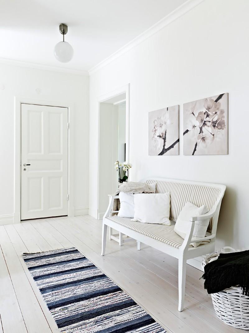 Белая прихожая в скандинавском стиле