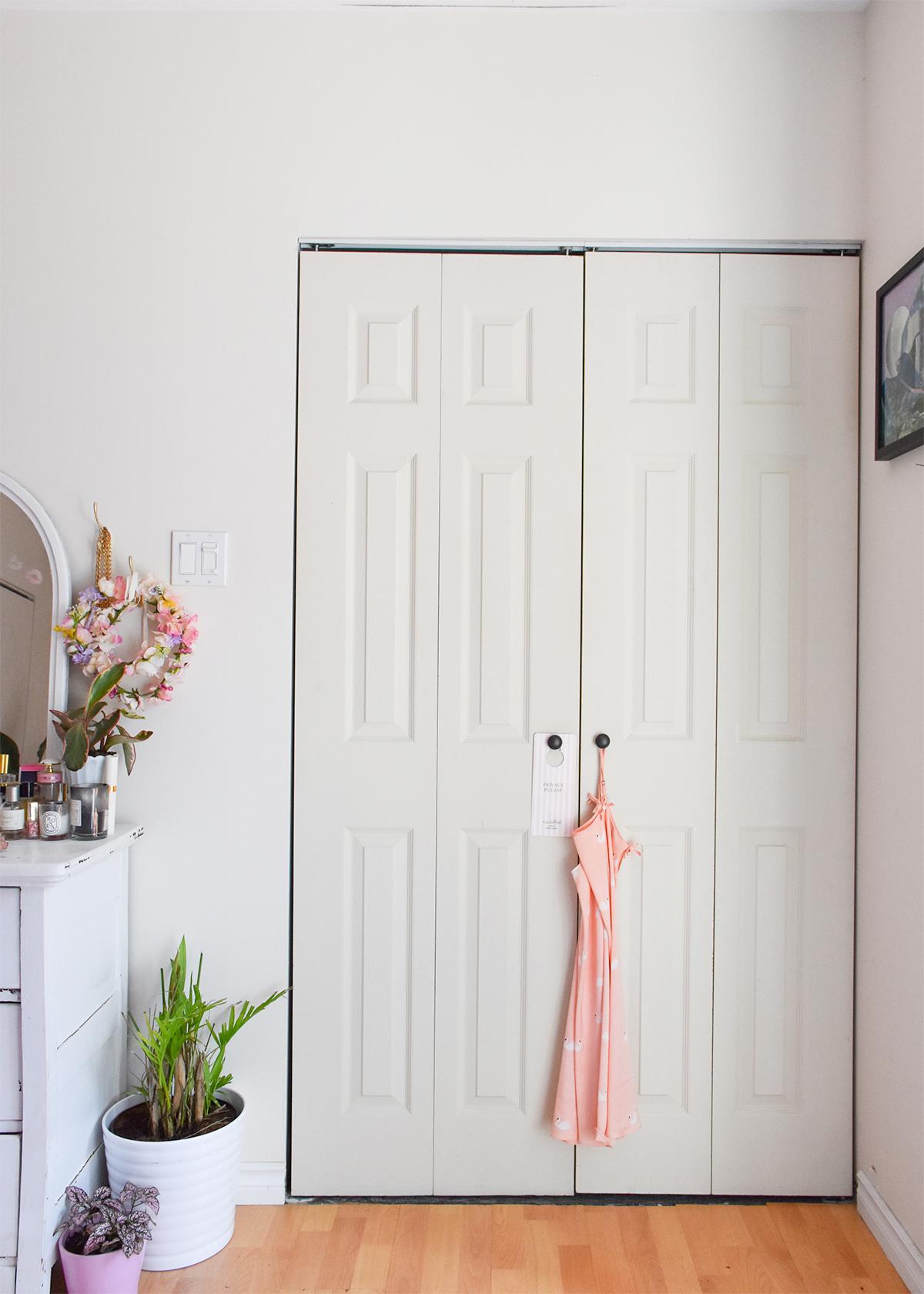 Складная светлая дверь в интерьере