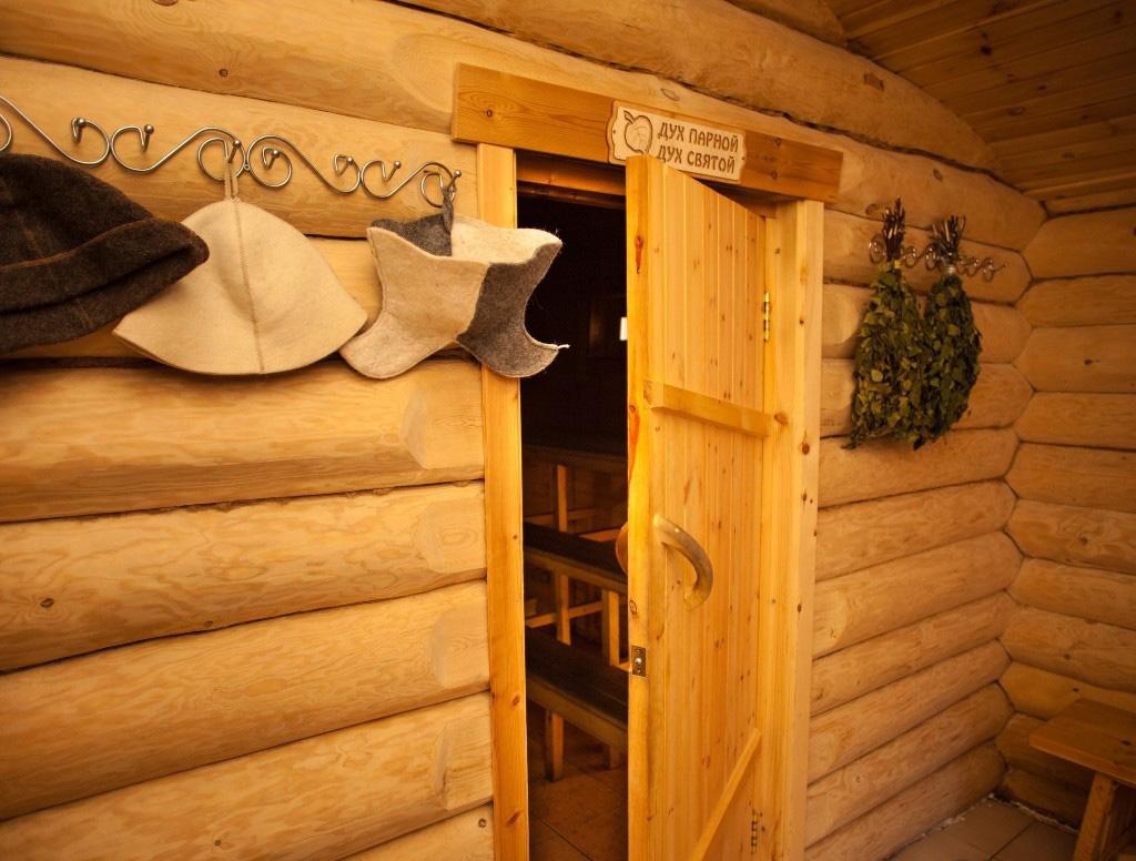 Дверь для бани из сосны