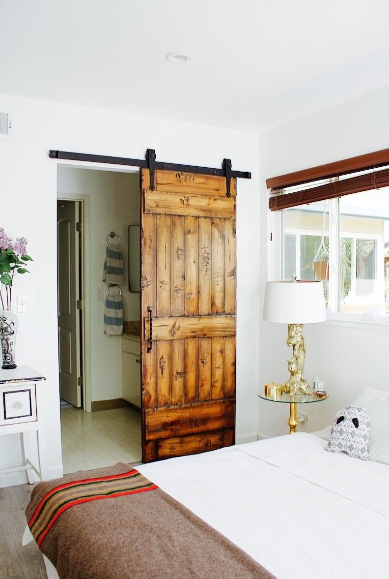 Состаренная дверь в спальню