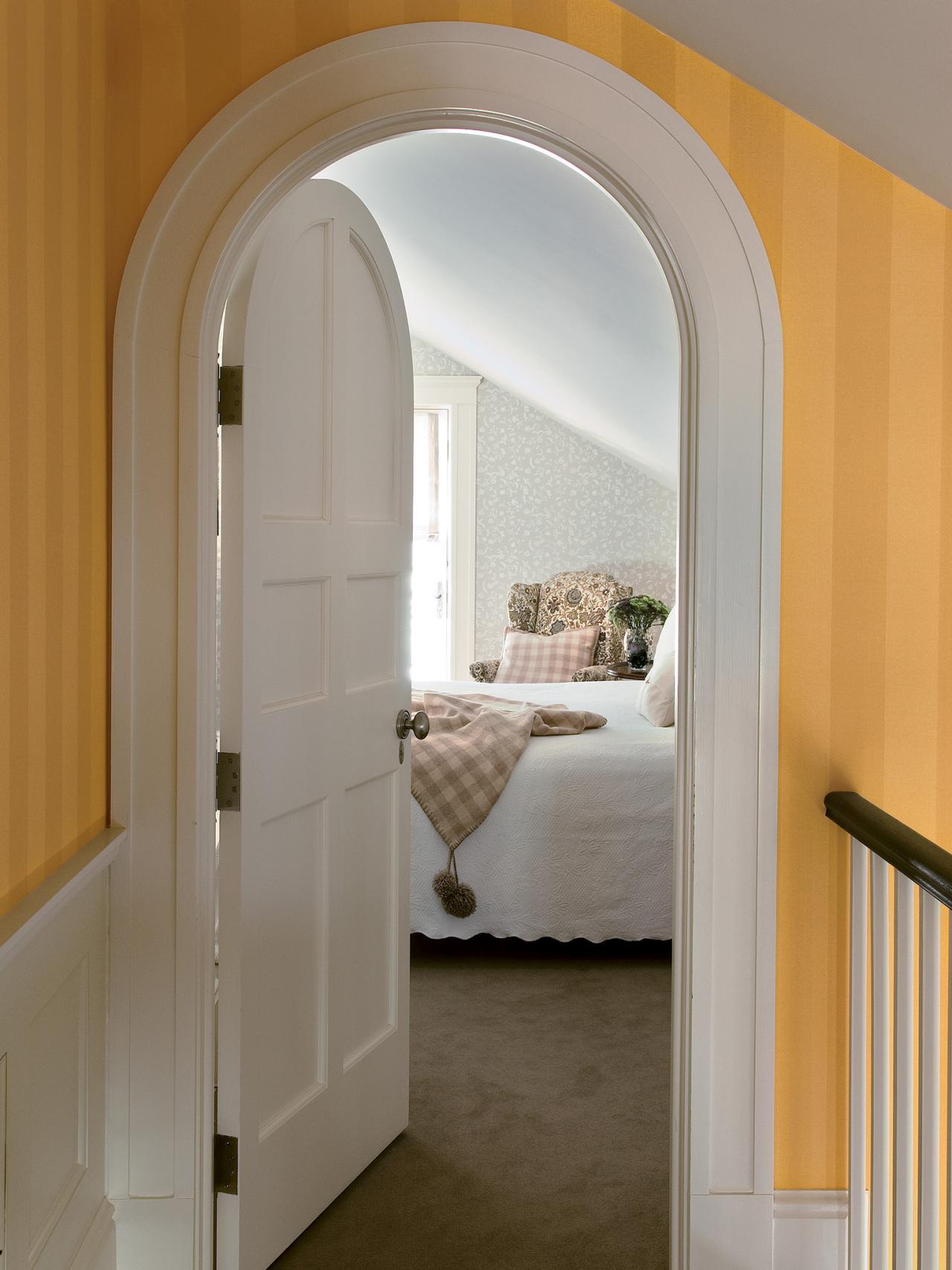 Арочная дверь в спальне