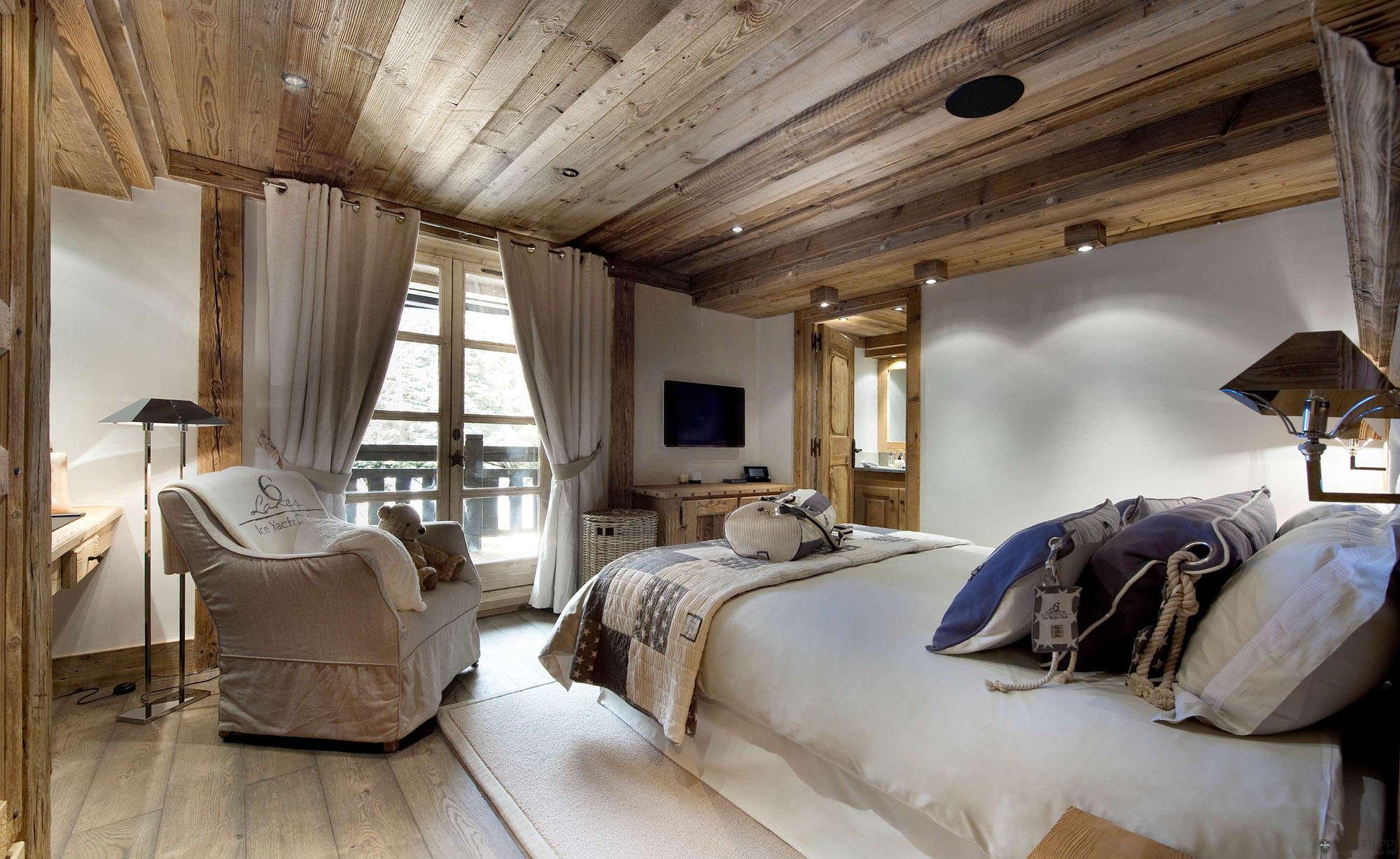 Потолок из досок в спальне