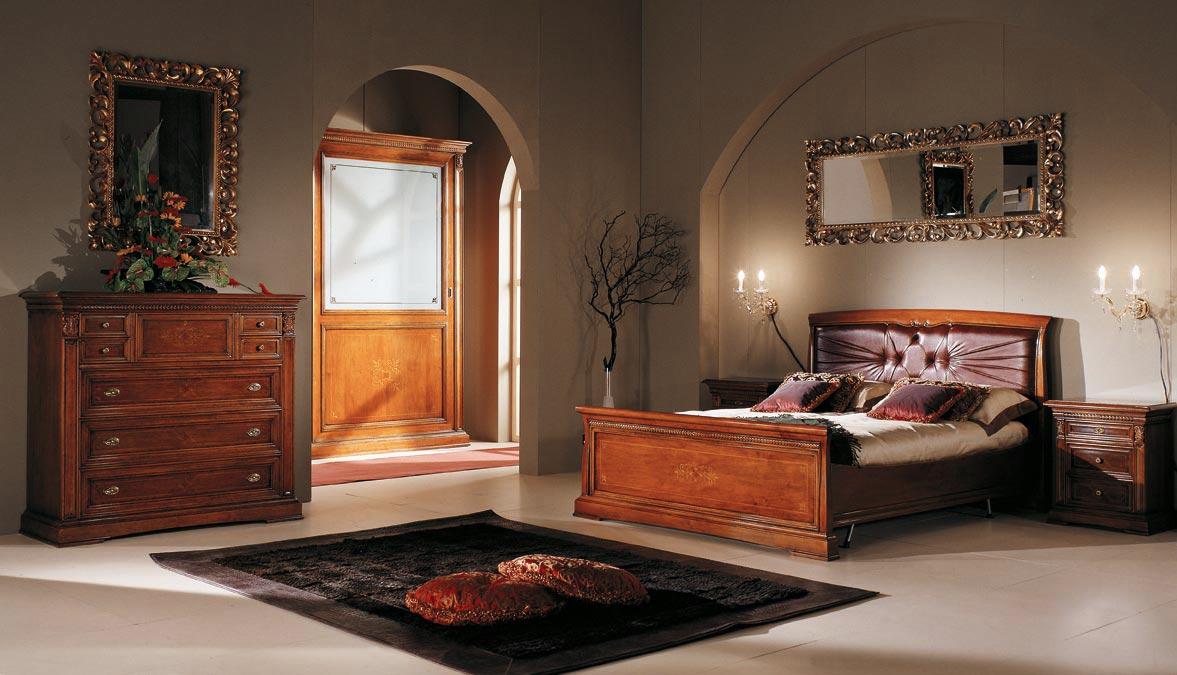 Кровать из массива ореха в спальне
