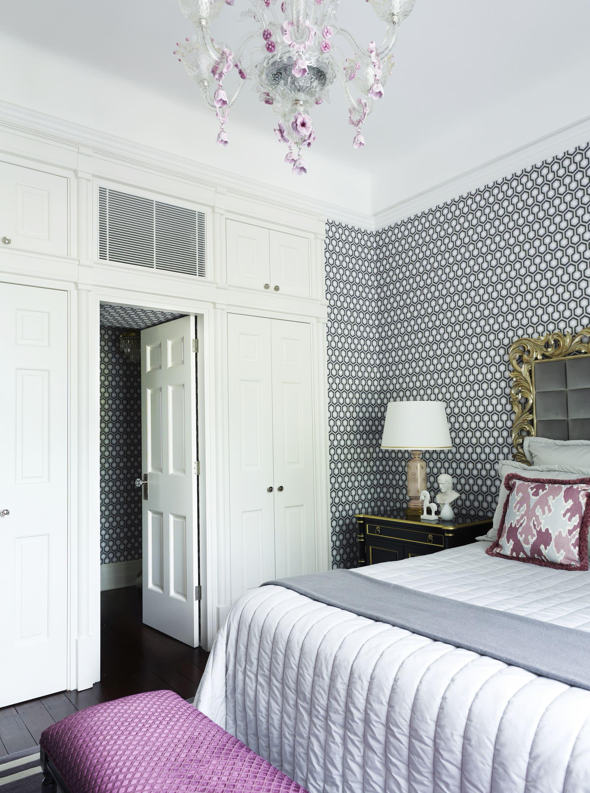 Светлая дверь в интерьере спальни
