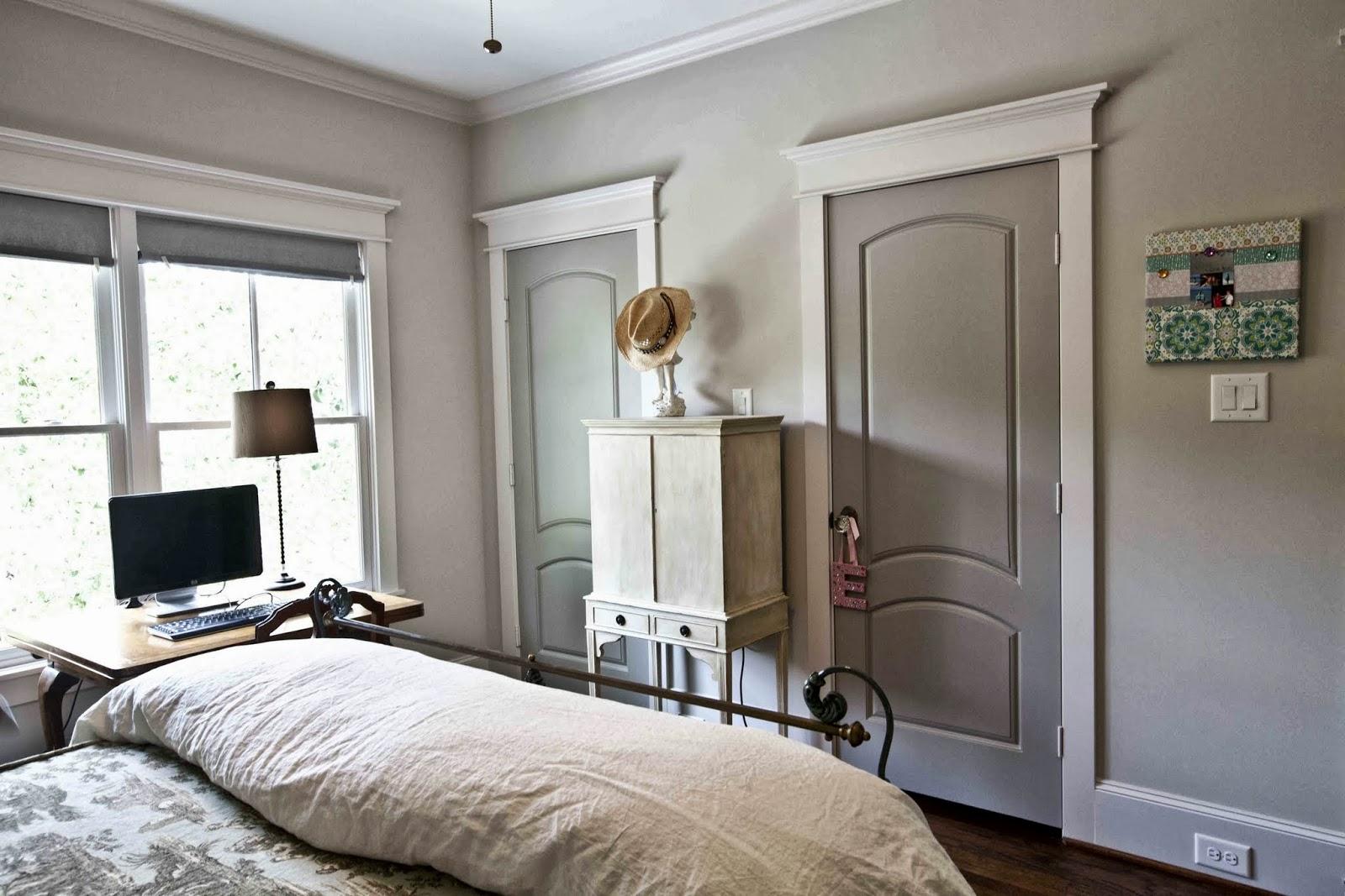 Серая дверь в спальне