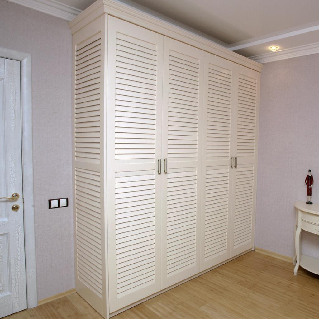 Жалюзийная дверь от шкафа в спальне