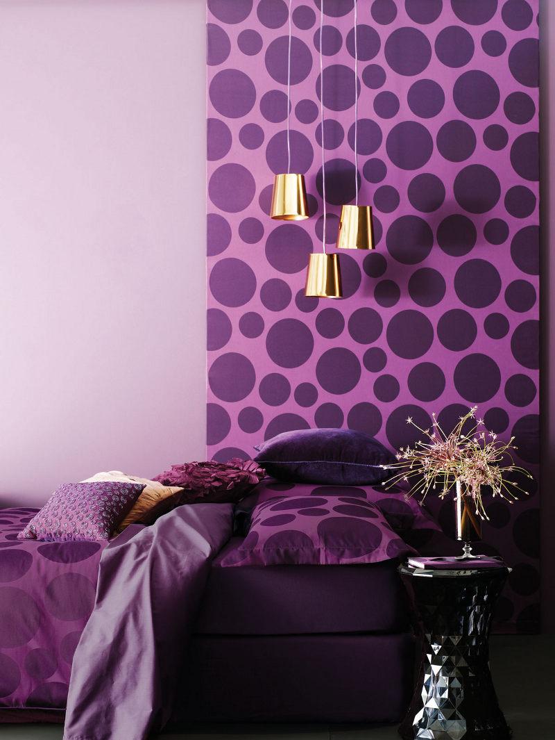 Фиолетовые обои в спальне