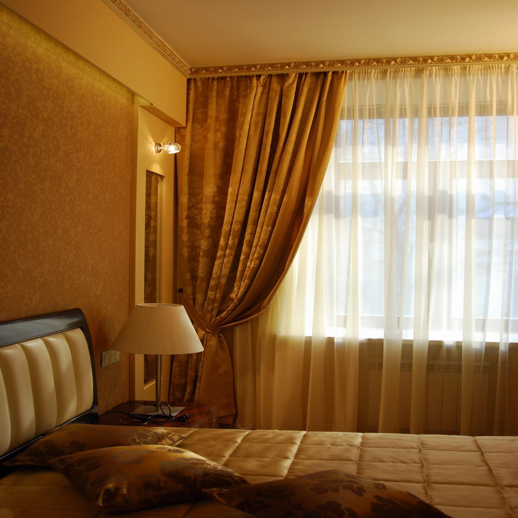 Карниз для штор в спальне