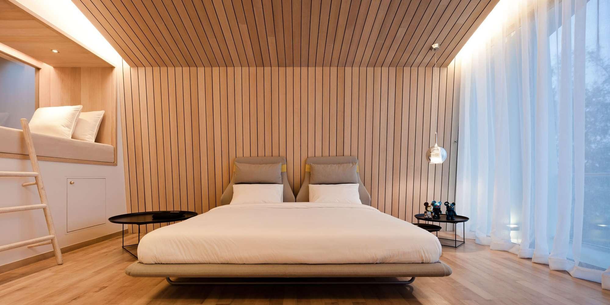Потолок из вагонки в спальне