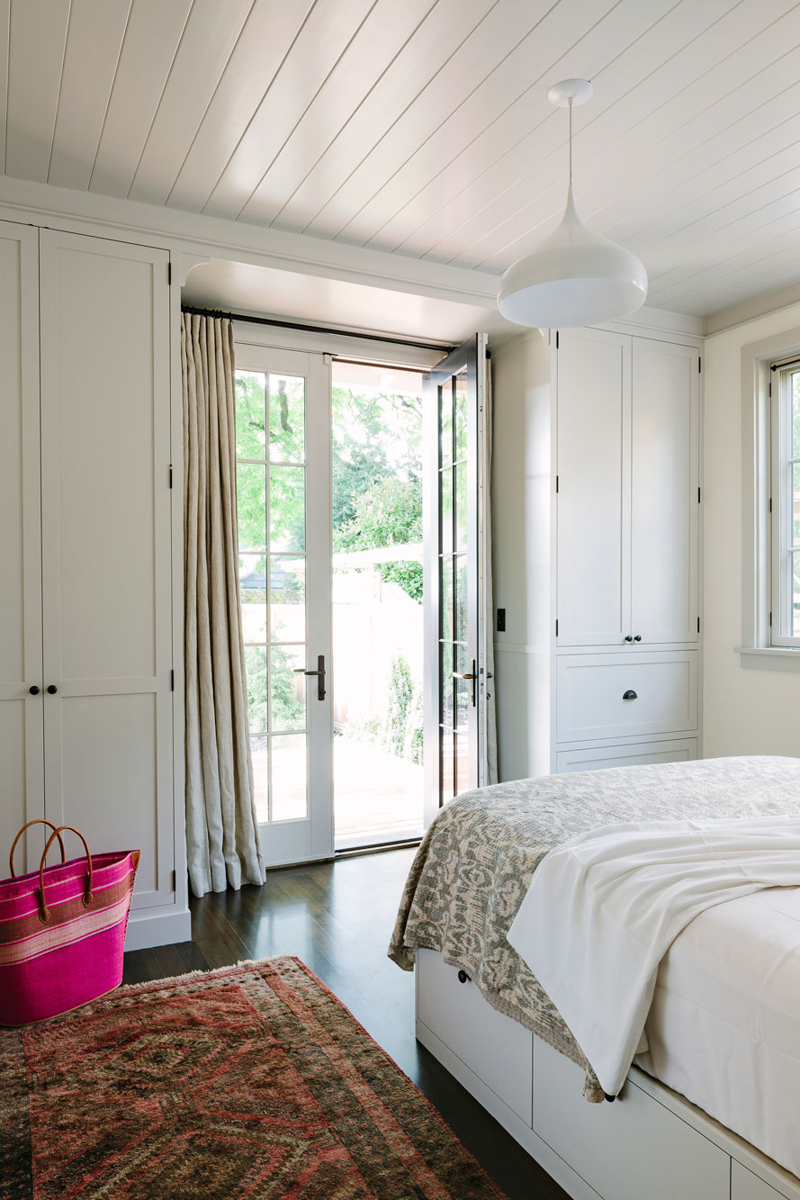 Потолок из панелей ПВХ в спальне