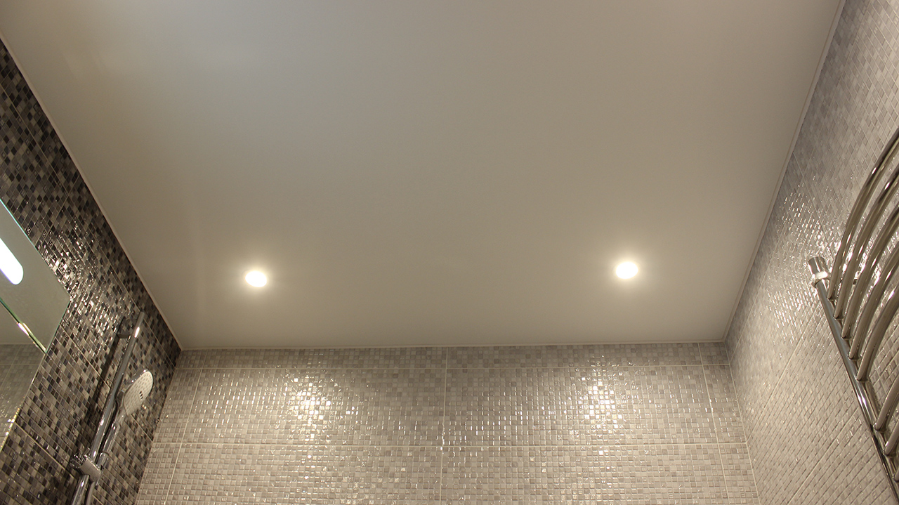Сатиновый потолок со спотами