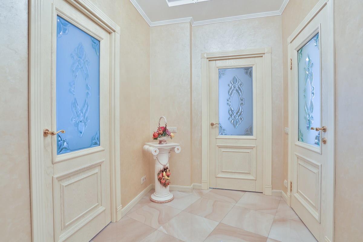 Светлые двери в интерьере: несерьезно, зато как красиво (24 фото)
