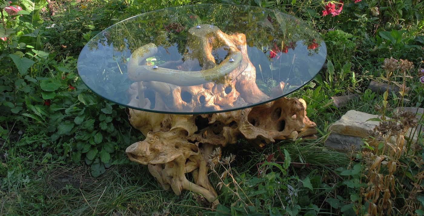Стол из коряг с круглой стеклянной столешницей