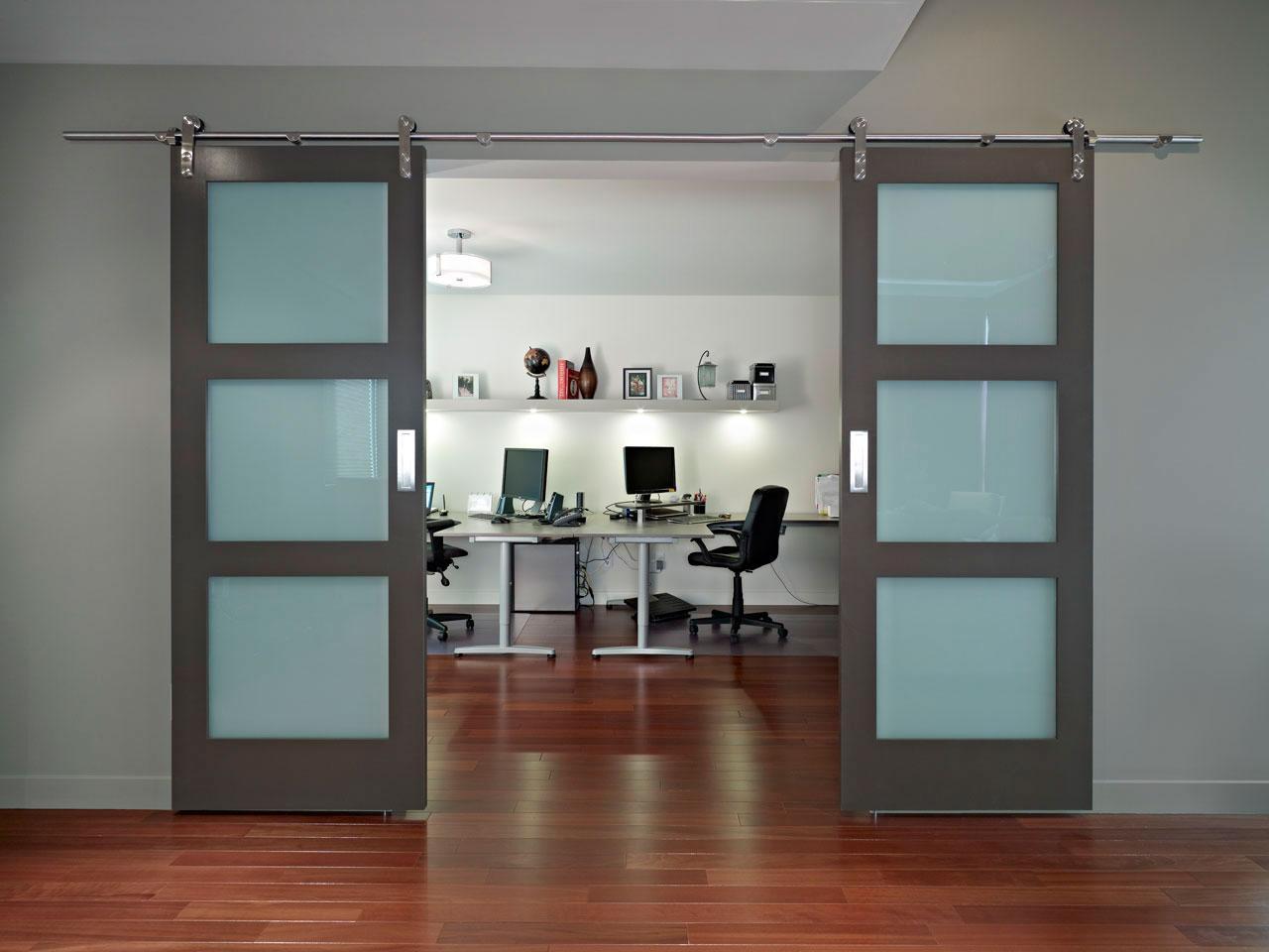 Серая дверь со стеклом