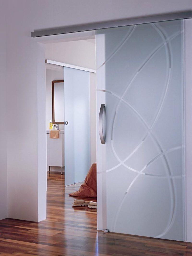 Стеклянная дверь в спальню
